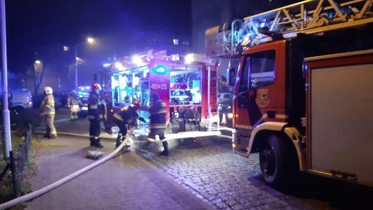 Groźny pożar mieszkania. Trzy osoby poszkodowane, w tym dziecko (FOTO, VIDEO)