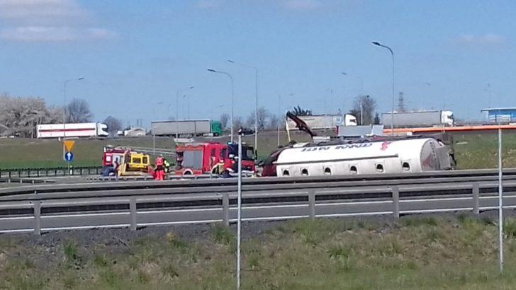 Wypadek na zjeździe, kierowca był zakleszczony przez kilka godzin