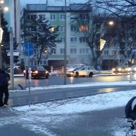 Zderzenie volkswagenów na skrzyżowaniu