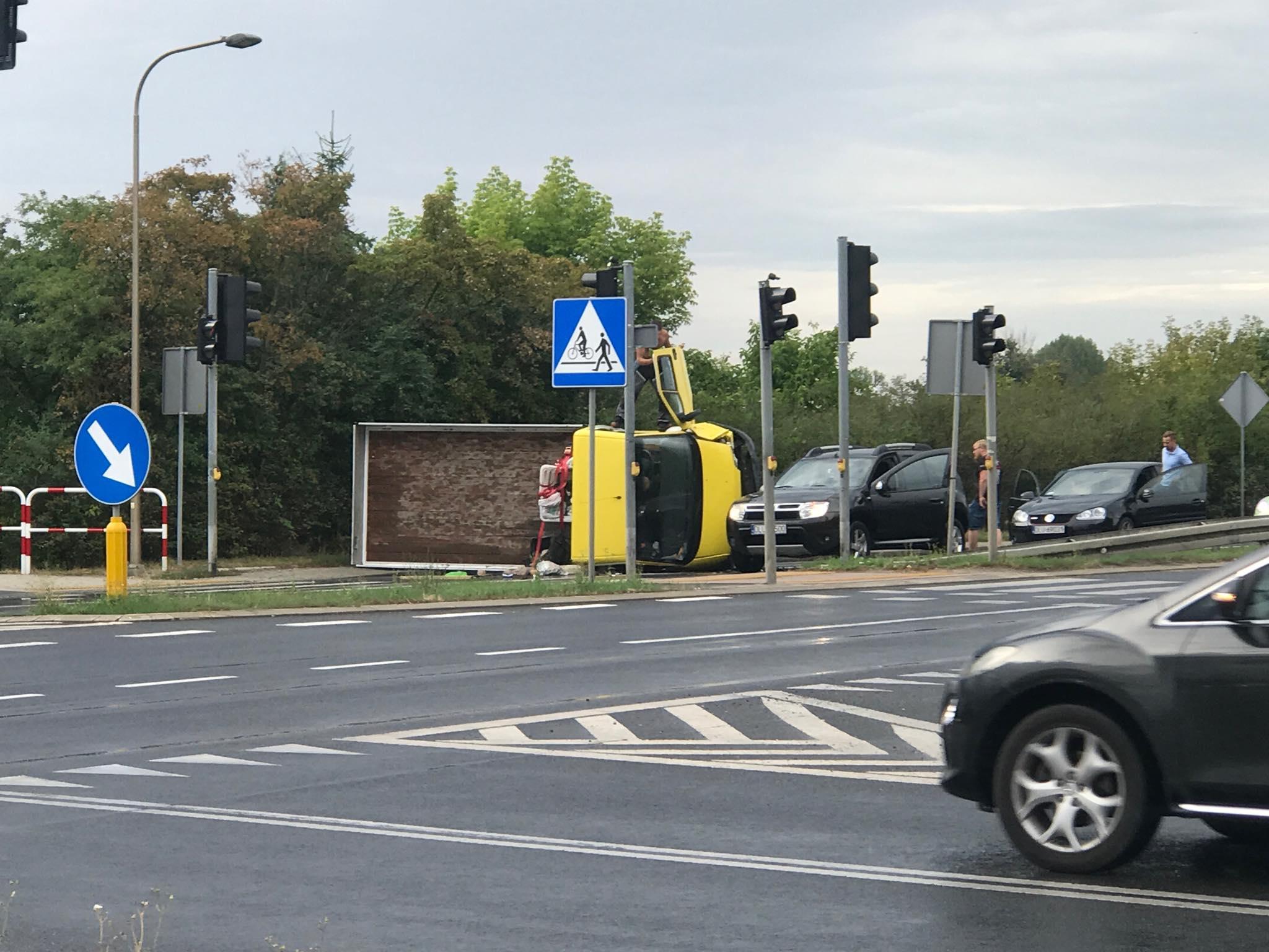 Legnicka: ciężarówka leży na boku