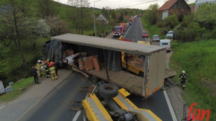 Ciężarówka w rowie. DK3 zablokowana (FOTO, WIDEO)