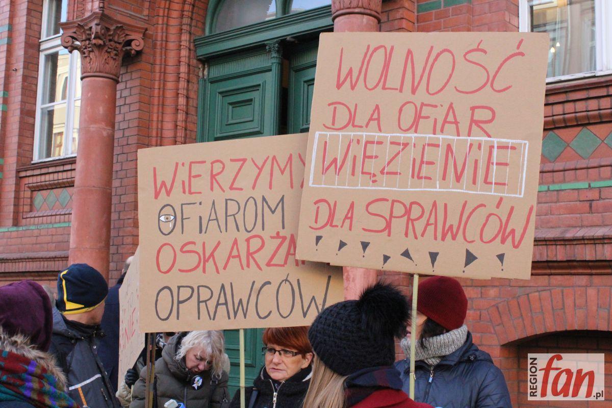 """""""Dobrzy chłopcy nie gwałcą"""" – manifestacja pod sądem (WIDEO)"""