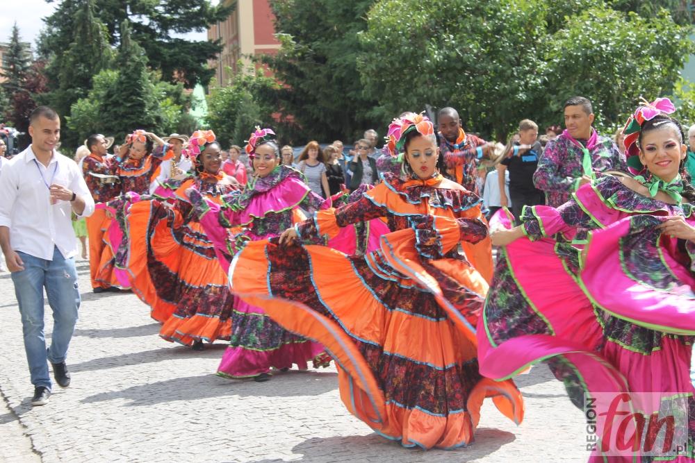 Egzotyczni tancerze przeszli przez miasto (FOTO, WIDEO)