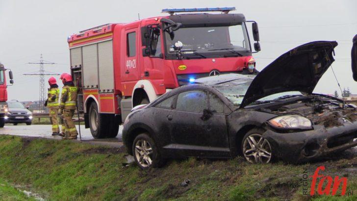 Mitsubishi wypadło z drogi (FOTO, WIDEO)
