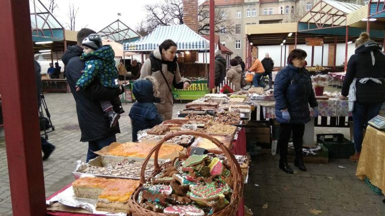 Przedświąteczne zakupy na jarmarku (FOTO)