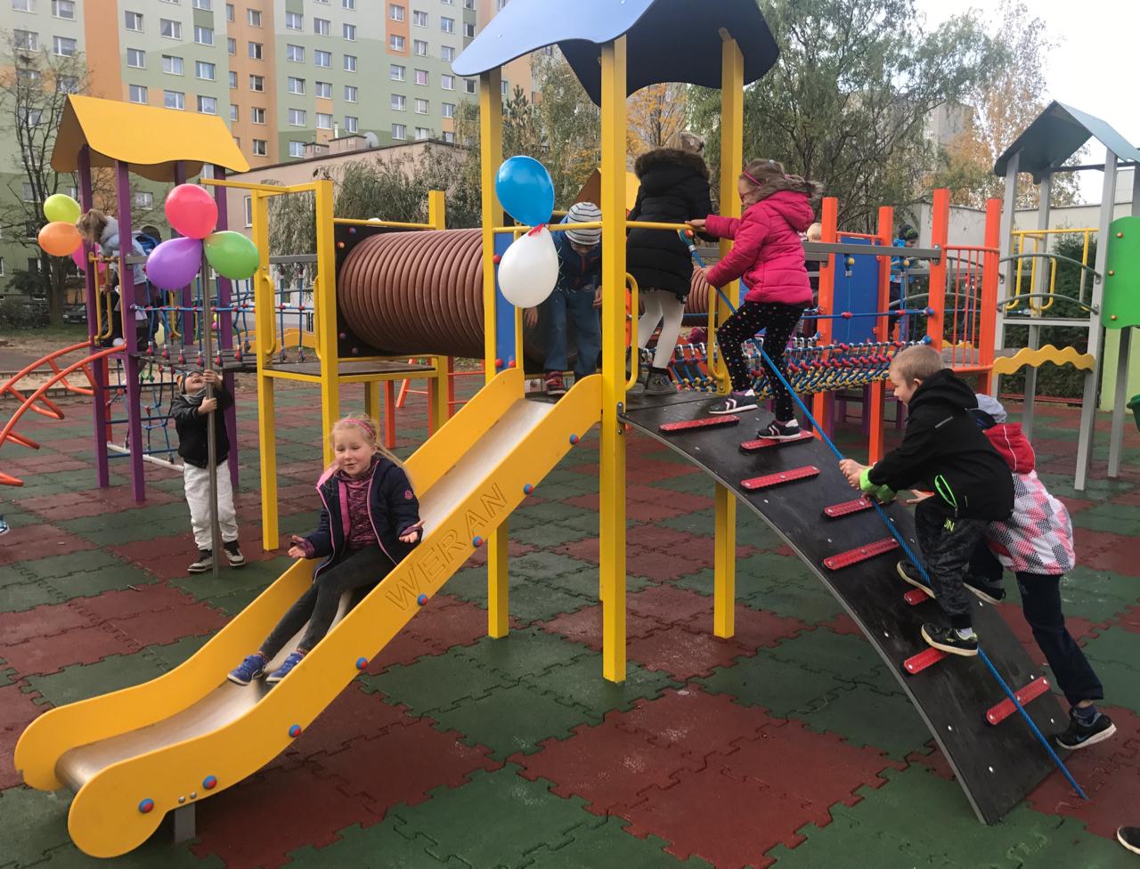 Legnickie przedszkolaki z osiemnastki mają nowy plac zabaw (WIDEO)