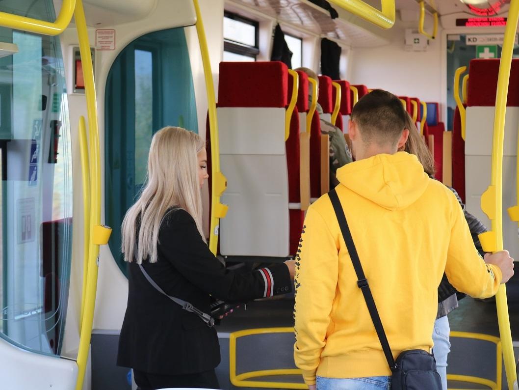 W pociągach zapłacimy kartą i telefonem