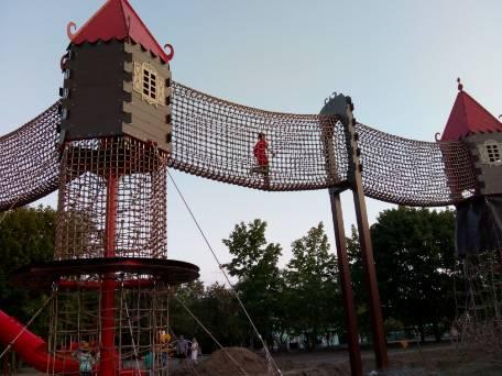 Dlaczego dzieci bawią się na placu budowy?