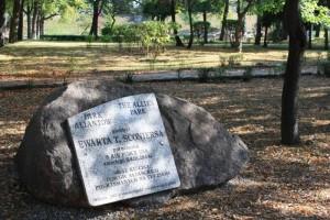 Kamień z tablicą upamiętniającą jeńców alianckich w parku Alianckim