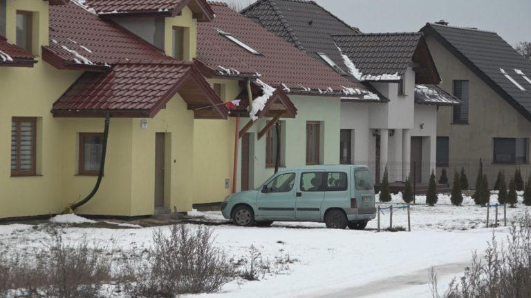 Bałagan z wiejskimi adresami – 50 domów pod jednym numerem (WIDEO)