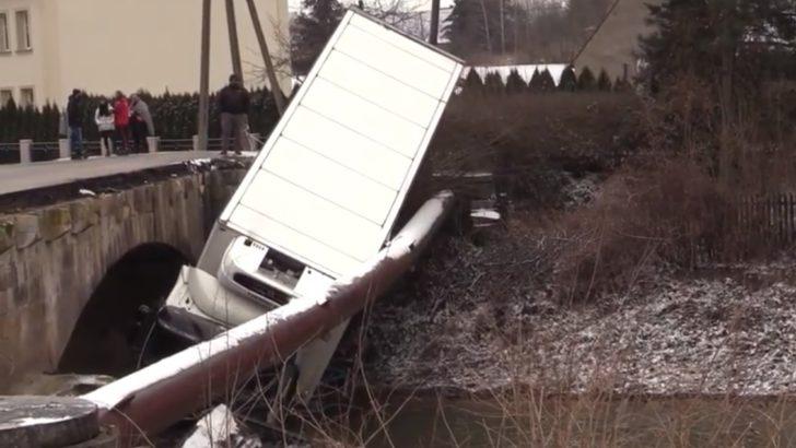 POWIAT ZŁOTORYJSKI. Ciężarówka spadła z mostu