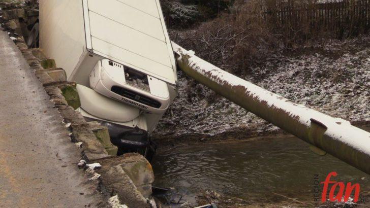 Ślisko! W Zagrodnie ciężarówka spadła z mostu (WIDEO)