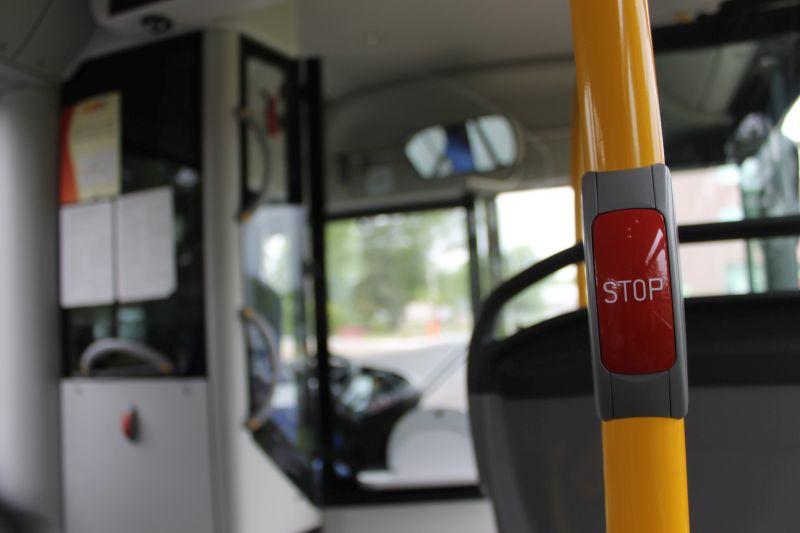 Chcieli wysiąść, więc wybili szybę w autobusie (WIDEO)