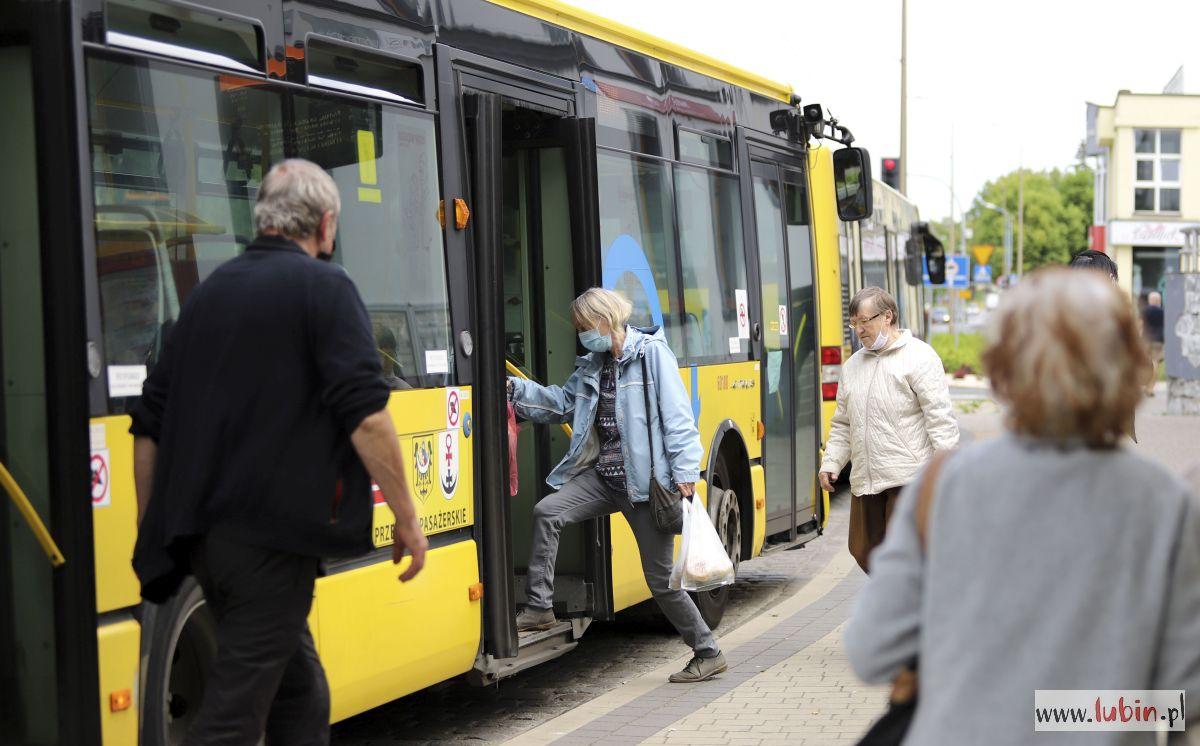 Więcej podróżnych wejdzie do autobusu i pociągu
