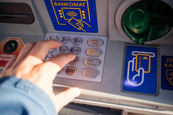 Nakładki na bankomatach. Okradają wypłacających pieniądze!