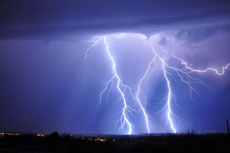 Burze, wiatr i deszcze nad regionem. IMGW ostrzega!