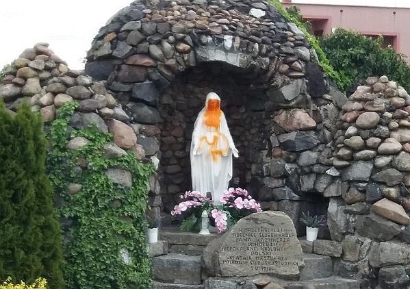 Wandale oszpecili figurę Matki Boskiej (WIDEO)