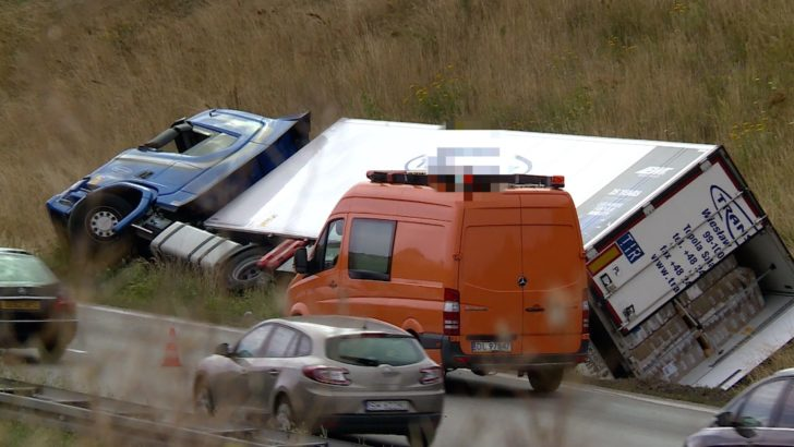 Ciężarówka w rowie przy A4. Powód? (WIDEO)