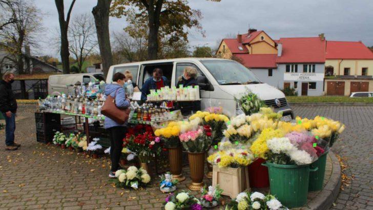 Mieszkańcy znów odwiedzają cmentarze, sprzedawcy liczą straty…