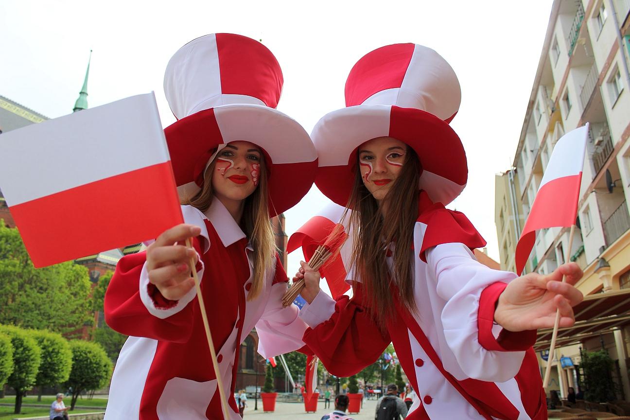 Ślubowanie, żywa flaga i biało-czerwony pokaz mody