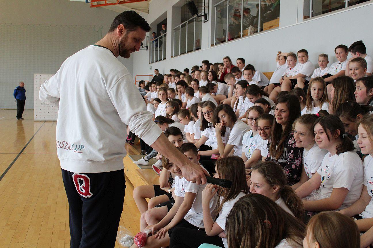 Piotr Gruszka do uczniów: Nie siedźcie przed telewizorami! (WIDEO, FOTO)