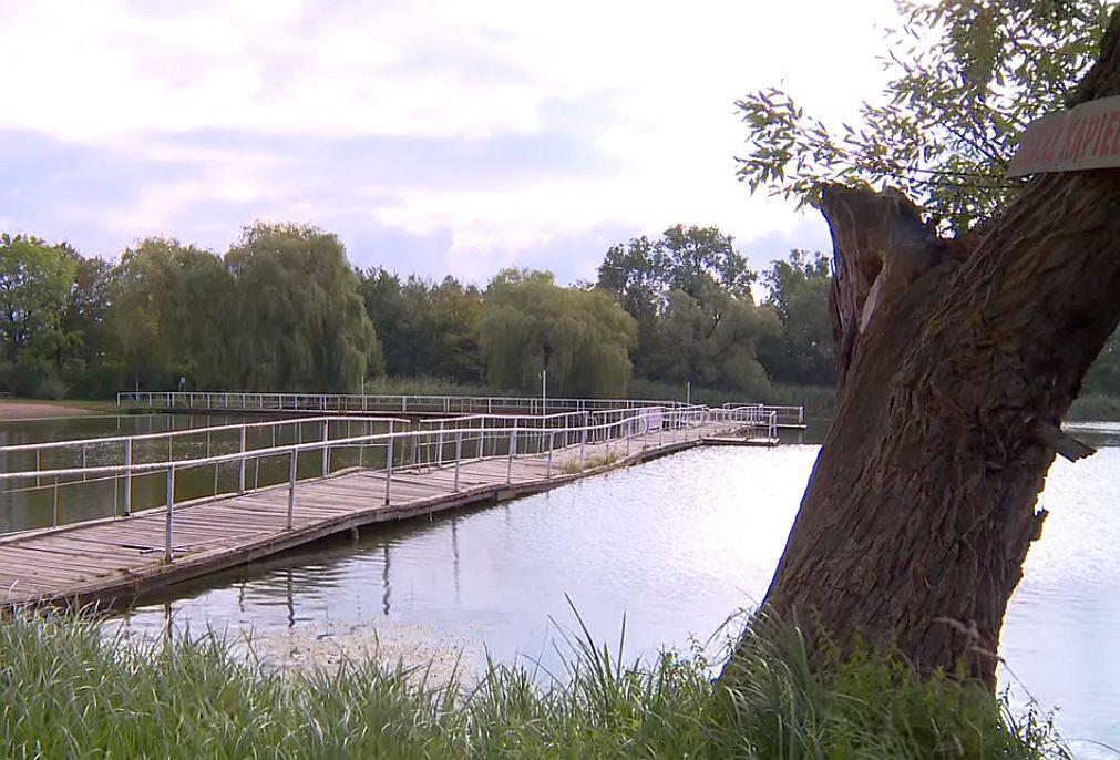 W Jezierzanach zakaz kąpieli… przyciąga