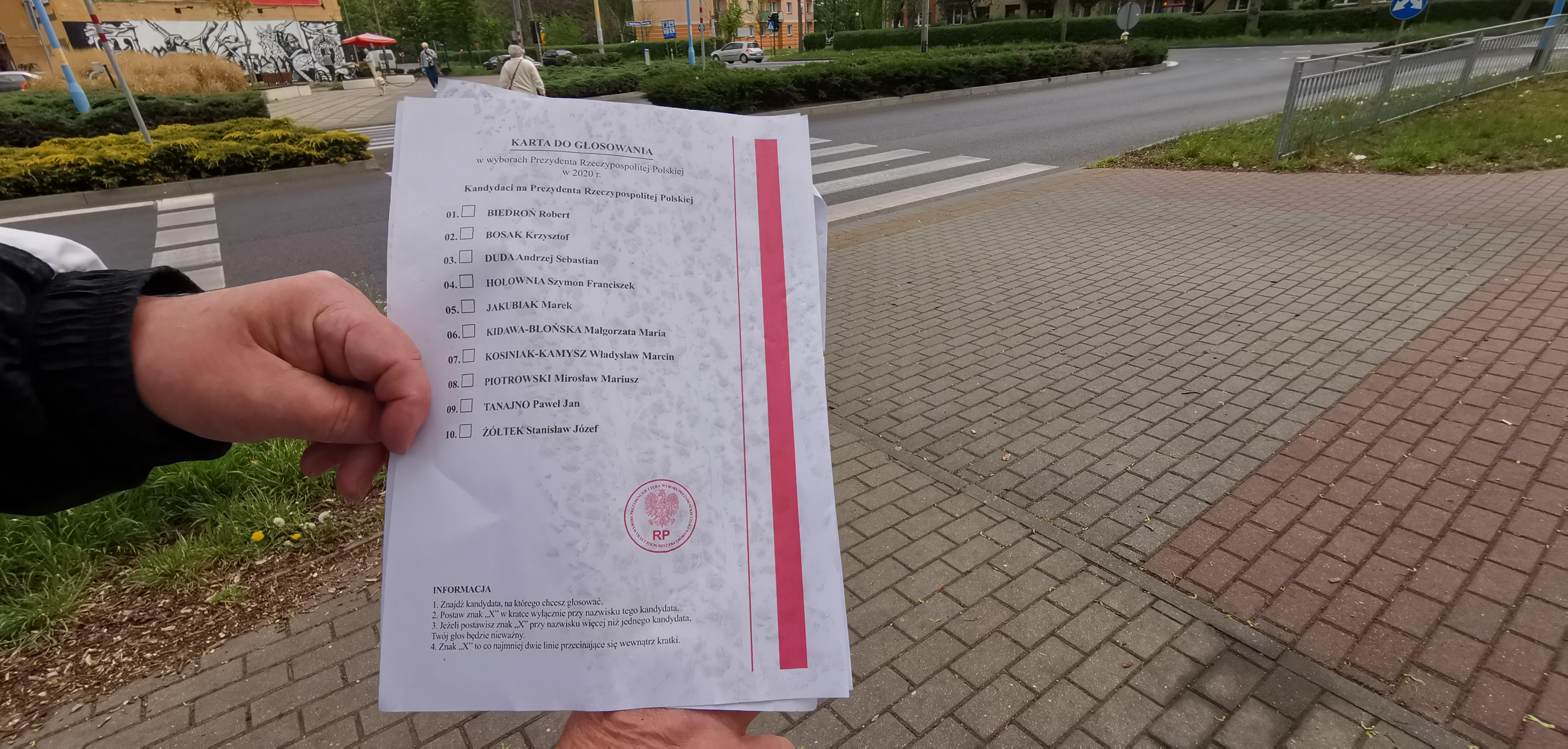 Karty wyborcze leżały na ulicach