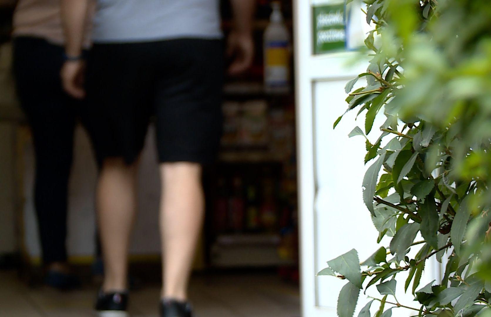 Poczekał, aż wyjdą klienci i napadł na sklep (WIDEO)