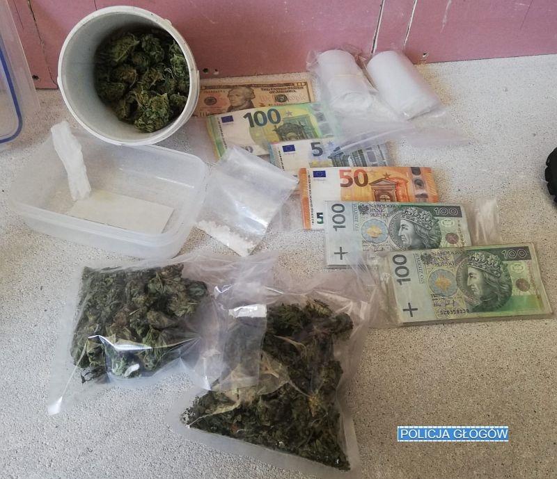 Marihuana, amfetamina i sporo gotówki w mieszkaniu 48-latka (FOTO)