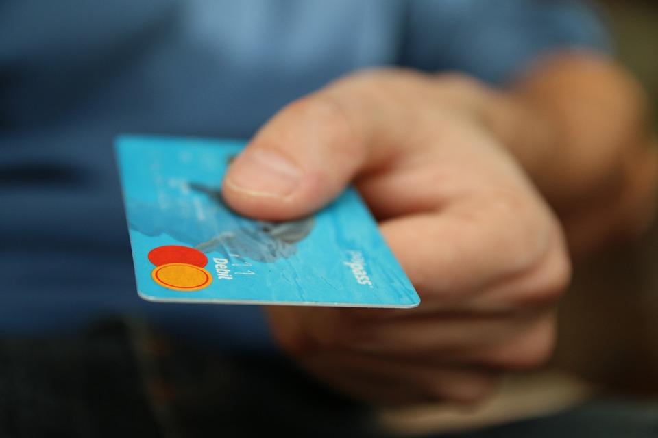Znalazł kartę i ruszył na zakupy