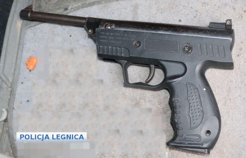 27-latek zatrzymany z bronią po napadzie (WIDEO)