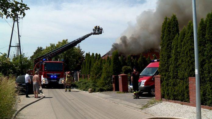 Groźny pożar domu oraz części samochodowych