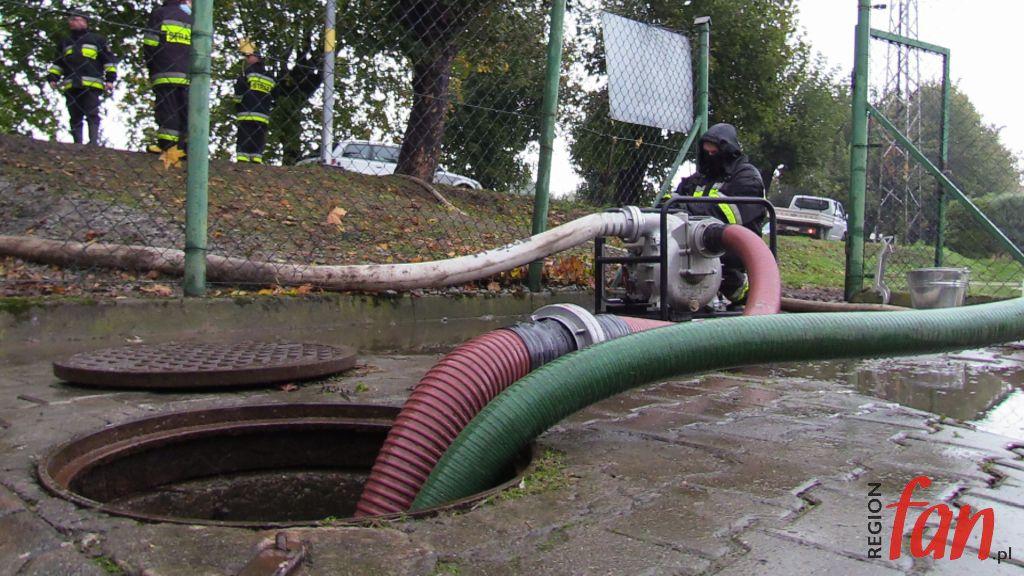 Podtopienia i alarmy przeciwpowodziowe po obfitych opadach (WIDEO)