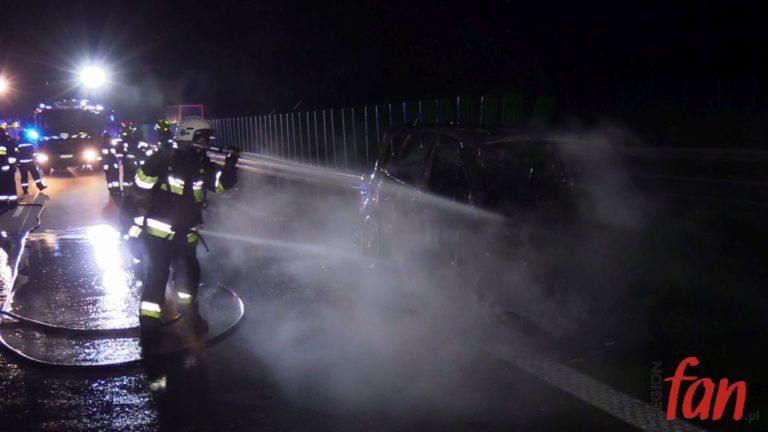 Renault w ogniu, A4 była zablokowana (FOTO, WIDEO)
