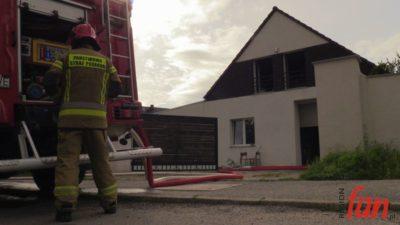 Pożar dachu – szybka akcja gaśnicza (WIDEO)