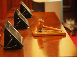 sąd młotek sędzia