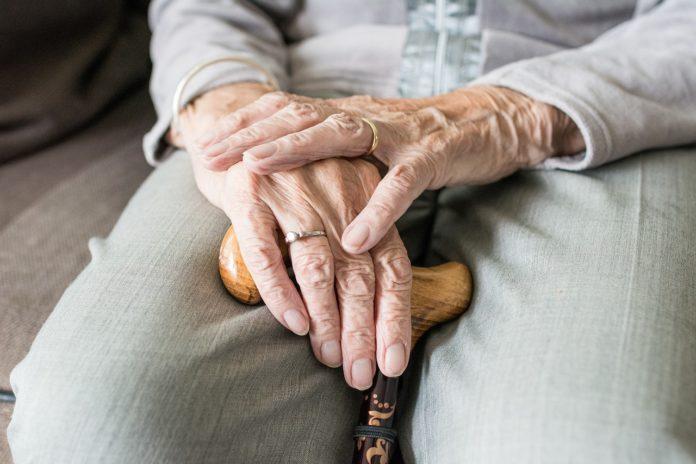 Seniorzy doświadczają przemocy domowej. Niewielu szuka pomocy