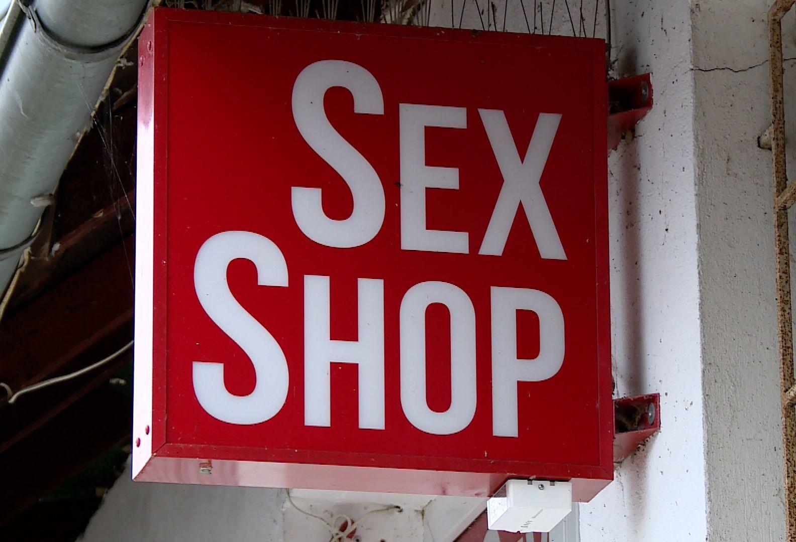 Skok na sex shop. Łupem padły… wibratory (WIDEO)