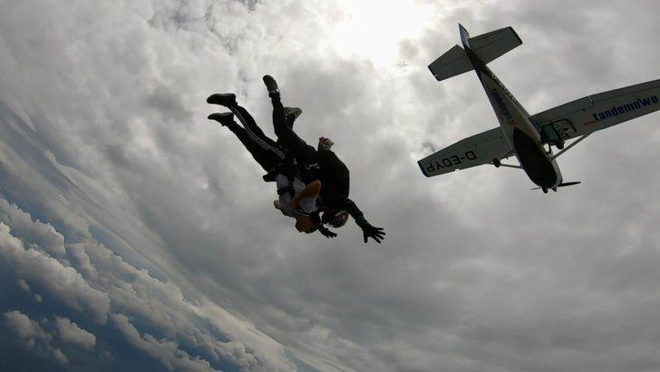 Skoczyli ze spadochronu by przełamać bariery